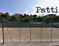 PATTI – Banditi i lavoro per la posa dell'erba sintetica al campo di calcetto di San Giovanni