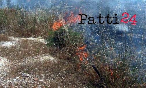 PATTI – Incendi favoriti dallo scirocco nella parte alta di via Fontanelle e a Tindari