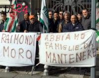 MESSINA – I lavoratori della Fratelli Raimondi di Giammoro ieri mattina hanno manifestato sotto la sede della Prefettura