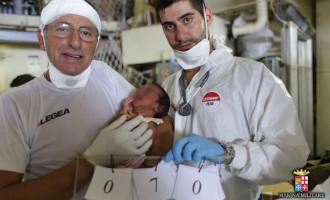 MESSINA – Tra i migranti sbarcati, donna somala partorisce bimbo con l'aiuto di un dentista