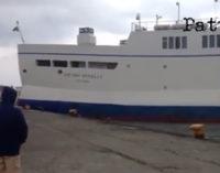 ISOLE EOLIE – Maltempo, traghetto di linea con passeggeri a bordo urta banchina nel porto di Vulcano