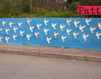 """PATTI – Collocato uno """"stormo"""" di 40 colombe su un muro della via Aldo Moro.  Nel quartiere San Giovanni è già Pasqua"""