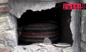 PATTI – Cimitero. In visita dei cari defunti può capitare di vedere qualche bara tra i loculi che vanno a pezzi