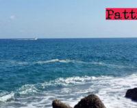 PATTI – Chiazze di schiuma giallastra nell'acqua del mare a Mongiove