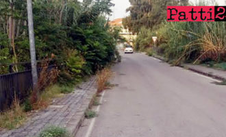 PATTI – Via monsignor Angelo Ficarra. Fitta vegetazione invade i marciapiedi.