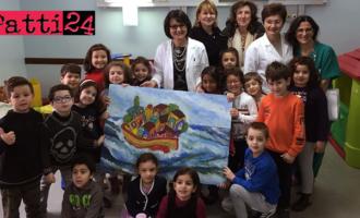"""PATTI – Donati 2 quadri realizzati dagli alunni della """"Lombardo Radice"""" ai reparti di Pediatria ed Ostetricia dell'ospedale """"Barone Romeo"""""""