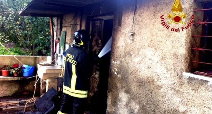 BARCELLONA P.G. – Fuoco in abitazione di due anziani. L'incendio si è propagato dalla stufa a legna