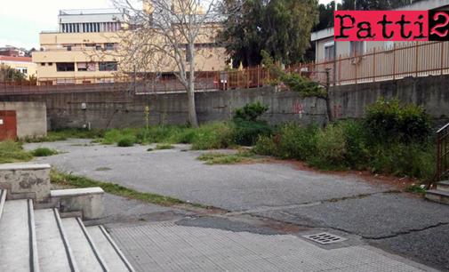 """PATTI – Scuola media """"Bellini"""". Spazio antistante l'edificio in stato di assoluta precarietà"""