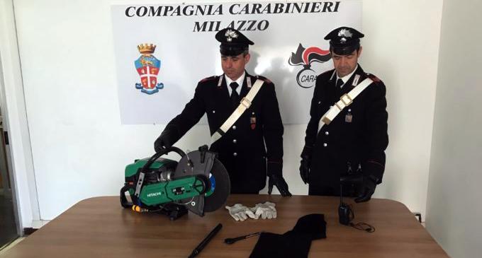 MILAZZO – Sega-flex circolare e diversi arnesi da scasso per assaltare colonnina banconote rifornimento. Un arresto