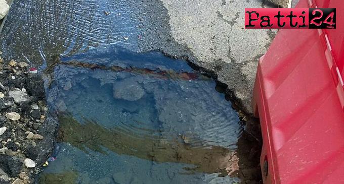PATTI – L'acqua continua a fuoriuscire all'incrocio del corso Matteotti con la via Molino Croce. Fa acqua da tutte le parti anche la gestione interventi