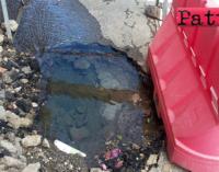 """PATTI – Prezioso liquido scorre in corso Matteotti. Dopo lo scavo degli operai del comune """"solita"""" transenna"""