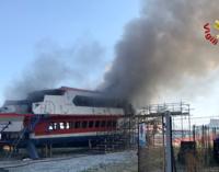 MILAZZO – In fiamme il relitto dell'aliscafo Masacci. Giaceva al porto ormai in disuso da un anno
