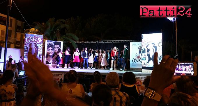 """PATTI – Grande successo con il musical """"Grease"""" rappresentato nella piazzetta Garibaldi, a Marina di Patti"""