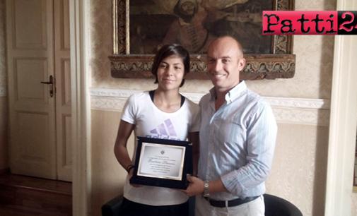 """PATTI – Targa """"riconoscenza"""" a Beatrice Stroscio per quanto fatto con la maglia della Nazionale Italiana Under 16 di basket femminile"""