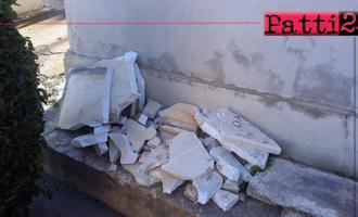 """PATTI – Al cimitero del centro, accatastati pezzi frantumati di marmo, """"reliquie"""" di lapidi."""
