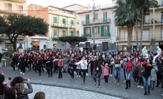 BARCELLONA P.G. – Oltre 300 persone hanno occupato pacificamente Piazza Duomo per danzare contro la violenza sulle donne