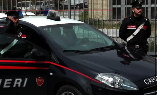 GUALTIERI SICAMINO' – Rubano mezzo da parcheggio privato. Intercettati, il guidatore senza patente innesta retromarcia e colpisce carabiniere. 2 arresti