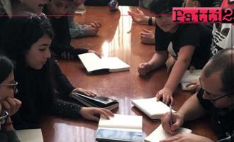 """PATTI – La sala comunale di Piazza Sciacca ha ospitato l'incontro degli alunni dell'I.C. """"Lombardo Radice"""" e lo scrittore Daniele Nicastro"""