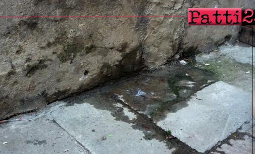 PATTI – Liquami fognari fuoriescono dal muro. Provenienti dalla condotta di via Porta della Città sfociano in via Roma