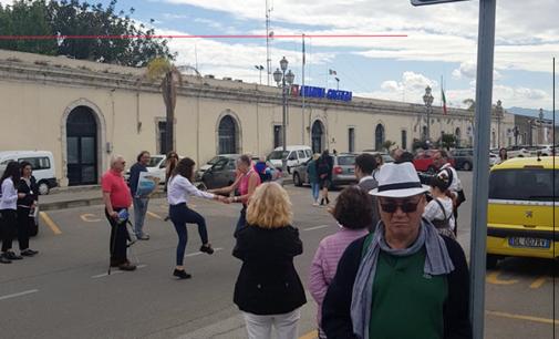 """MILAZZO – I crocieristi della """"Neoriviera"""" di """"Costa Crociere"""" entusiasti di Milazzo. Una città  piena di turisti per un impatto straordinario"""