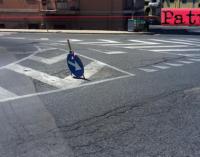 """PATTI – Un segnale stradale """"piantato"""" sull'asfalto a centro carreggiata all'altezza dell'ospedale """"Barone Romeo"""". Complimenti per l'inventiva"""