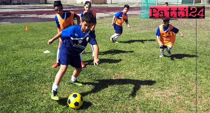 """PATTI – Nello stadio """"Gepy Faranda"""" circa cento bambini del comprensorio fra Barcellona e Tusa alla Festa Figc Pulcini – anno 2008/2009."""