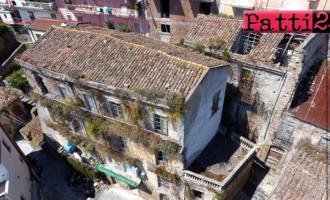 PATTI – Crolla l'architrave dal quarto piano di un vecchio edificio del centro storico. Per intervenire si attende ancora l'irreparabile
