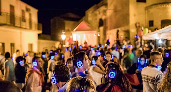 """PIRAINO – """"Silent Piraino – Disco & Food"""". Silenzio… il borgo medievale si trasforma in una grande discoteca"""