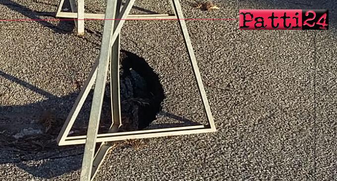 PATTI – Piazza Falcone e Borsellino. Un tratto di asfalto ha ceduto rovinosamente con conseguente apertura di una buca