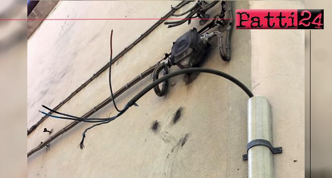 PATTI – Sulle facciate delle case del centro storico fili elettrici aerei e supporti vari, in situazioni precarie.