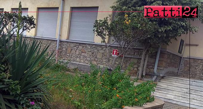 GIOIOSA MAREA – Scuola primaria della frazione San Giorgio. Le lamentele di alcuni genitori hanno sortito l'effetto sperato, ripulita l'area dello spazio esterno