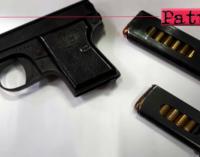 MESSINA – Aveva nascosto pistola e munizioni nel vano del controsoffitto della stanza dei figli. Arrestato 41enne