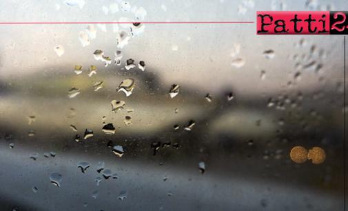 """PATTI – Scende la pioggia … l'acqua """"passa"""" senza defluire e salta caditoie e tombini."""