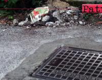 PATTI – Sistemano tombino e lasciano il materiale di risulta a bordo strada. Non sanno come…differenziarlo ?