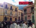 """PATTI – Immacolata Concezione. I vigili del fuoco """"sistemeranno"""" i fiori sulla sommità della Madonna in piazza don Luigi Sturzo."""