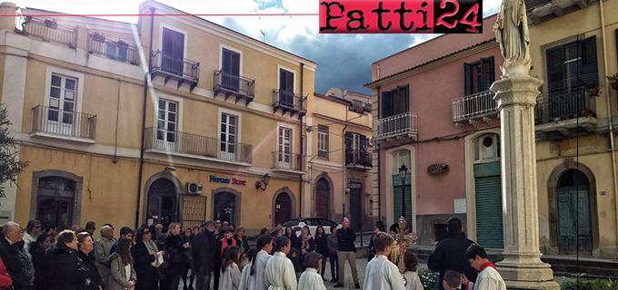 PATTI – Solennità dell'Immacolata. Un cesto di rose ai piedi della statua della Vergine in piazza Sturzo