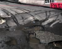 """PATTI – """"Piovono"""" segnalazioni di perdite di acqua dalla rete idrica e di buche sul manto stradale."""