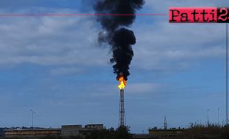 MILAZZO – Fiamma notevole con relativo intenso fumo nero dalla torcia della Raffineria.