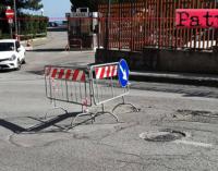 PATTI – Dopo intervento, asfalto di fronte ingresso ospedale cede come prima. Triste prassi operativa pattese.