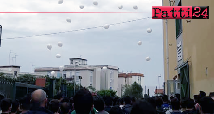 PATTI – Lancio di palloncini per ricordare Michael. Adesso è il tempo di urlare che la vita va custodita.