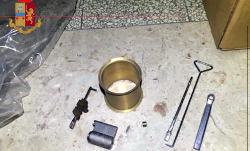 MESSINA – Sorpresi a forzare la porta di un appartamento, tentano di fuggire prima di essere fermati.