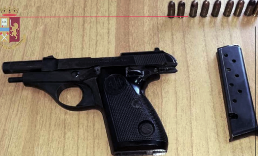 MESSINA – Pistola in pugno minaccia poliziotti e vicini di casa, prima di  puntarsi l'arma alla testa. Arrestata 43enne.