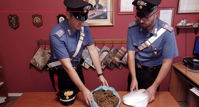 MESSINA – Getta oltre un  1Kg di marijuana oltre la siepe e tenta la fuga. Due arresti.