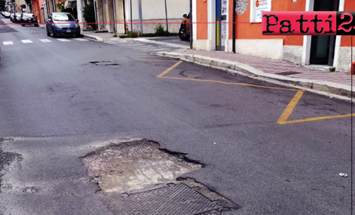 """PATTI – Corso Matteotti. Un quadrato di """"asfalto mancante"""" pericoloso per i veicoli a due ruote."""