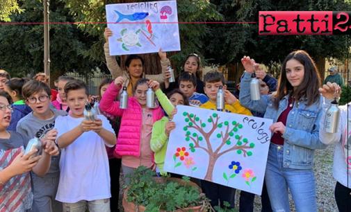 """PATTI – Settimana Europea per la riduzione dei rifiuti. Consegnata una borraccia ad alunni delle scuole """"L. Radice"""" e """"L. Pirandello""""."""