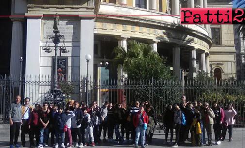 """PATTI – I.C. Luigi Pirandello. Alunni al teatro Politeama Garibaldi di Palermo, allo spettacolo """"Suoni, cose, città""""."""