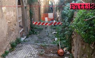 PATTI – Transenna, vegetazione, abbandono. Inutile parlare di centro storico se poi la realtà è questa!