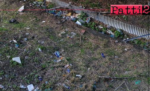 PATTI – Via Trieste. Tagliata l'erbaccia emerge una piccola discarica a cielo aperto