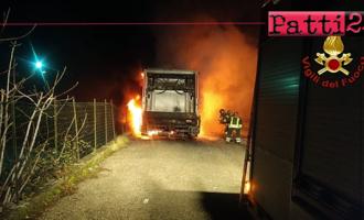 GIOIOSA MAREA – In fiamme un autocompattatore. Si sconoscono le cause che hanno provocato l'incendio