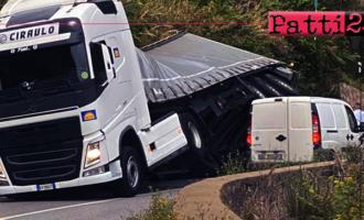 GIOIOSA MAREA – Camion si piega su di un fianco sulla SS113 dopo la galleria artificiale Calavà.